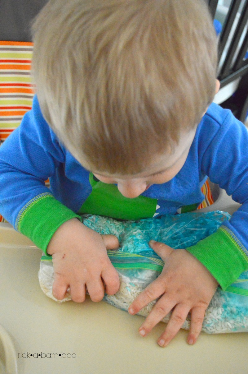 Squishing Rainbow Rice | rickabamboo.com | #sensorybin #preschool