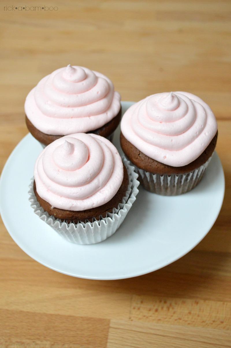 Cream Filled Cupcakes   rickabamboo.com   #wedding #diy #fancy