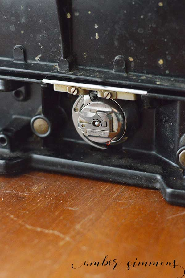 Where to find vintage sewing machines and what to look for before you purchase. These tips are specifically for vintage Singer sewing machines but should be applicable to most machines. | Bobbin Casing