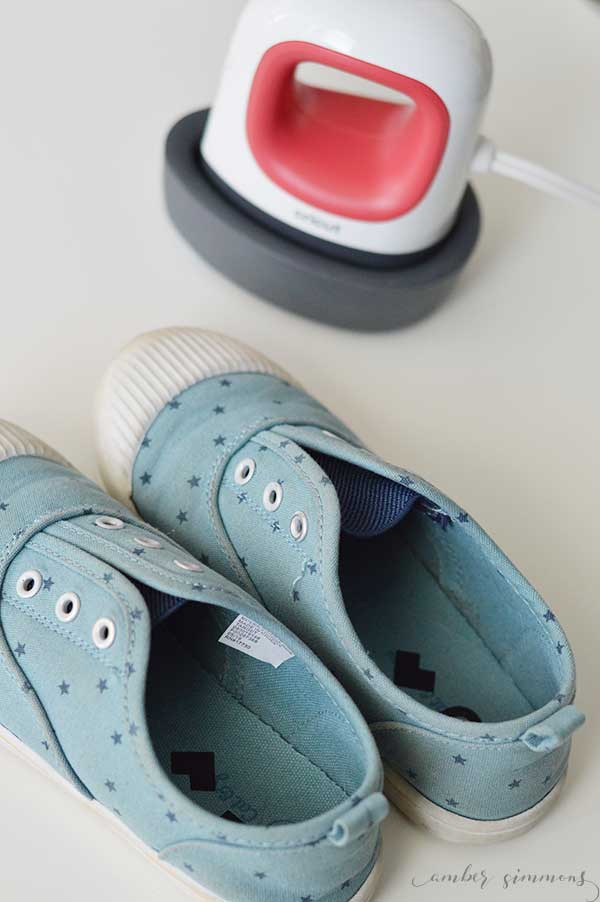 Help your little ones figure out which shoe goes on which foot with these right and left shoe inserts for kids using the Cricut Easypress Mini. | ambersimmons.com | #cricutcreated #ad